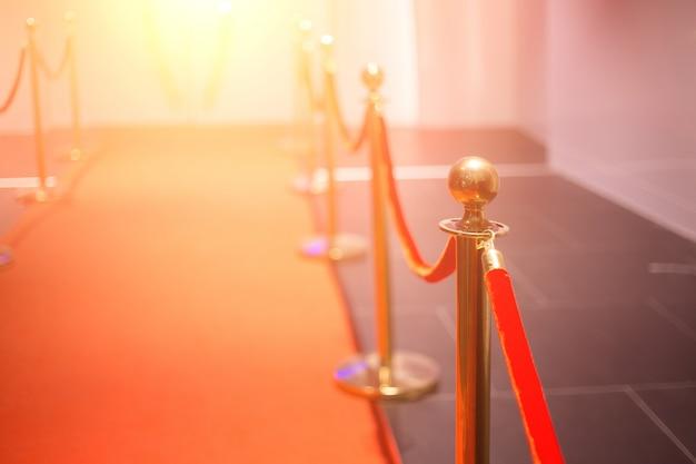 Tappeto rosso tra le barriere della corda nella festa del successo