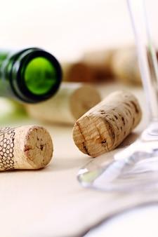 Tappi per vino su un tavolo