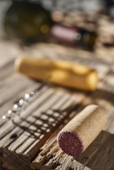Tappo per vino, cavatappi e bottiglia di vino sul tavolo