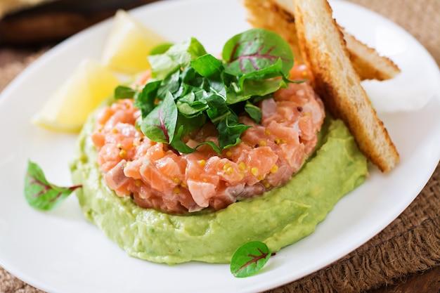Tartare di salmone con mousse di avocado.