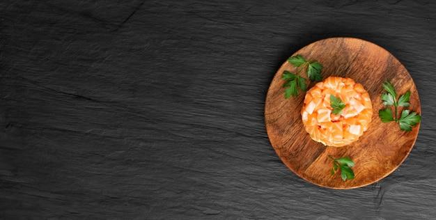 Tartare di salmone crudo, tartaro di trota o tartaro di pesce rosso