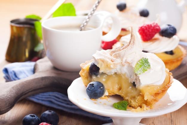 Tartellette fatte in casa con cagliata di lime e meringa