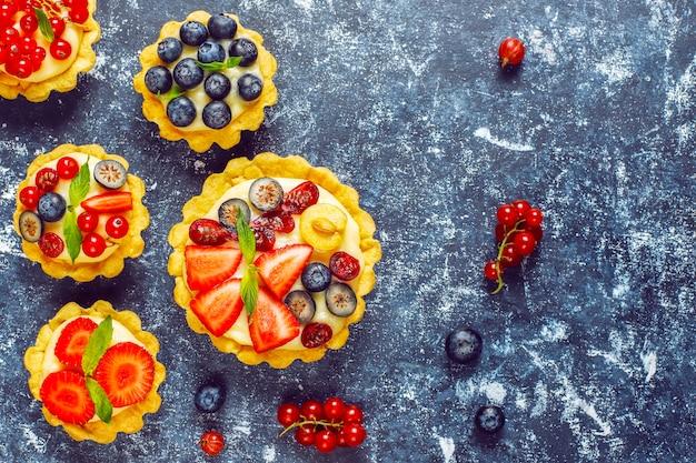Tartellette rustiche fatte in casa deliziose ai frutti di bosco estive.