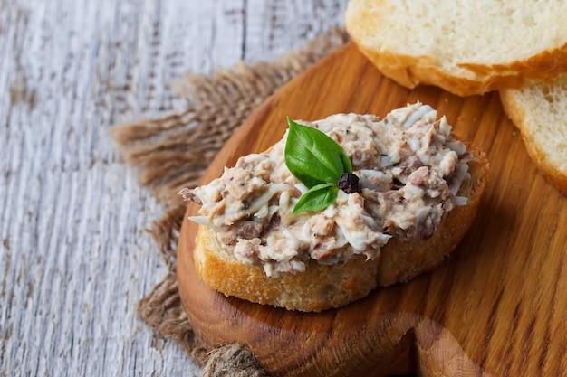 Tartine con insalata di tonno.