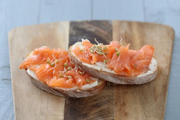 Tartine di salmone affumicato con ricetta di crema di formaggio