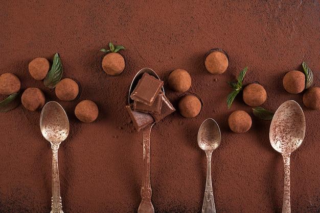 Tartufi con quadrati e cucchiai di barretta di cioccolato