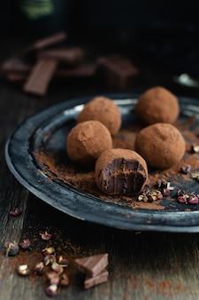 Tartufi di cioccolato fondente con pepe di sichuan