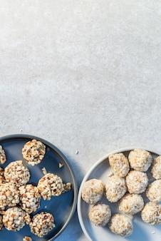 Tartufi vegani senza glutine, gustosi snack confezionati con proteine su sfondo bianco