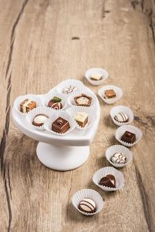 Tartufo al cioccolato su legno, spazio testo