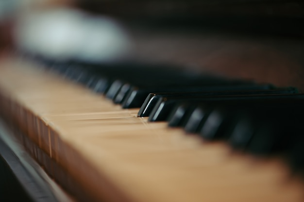 Tasti di un vecchio pianoforte in sfocatura