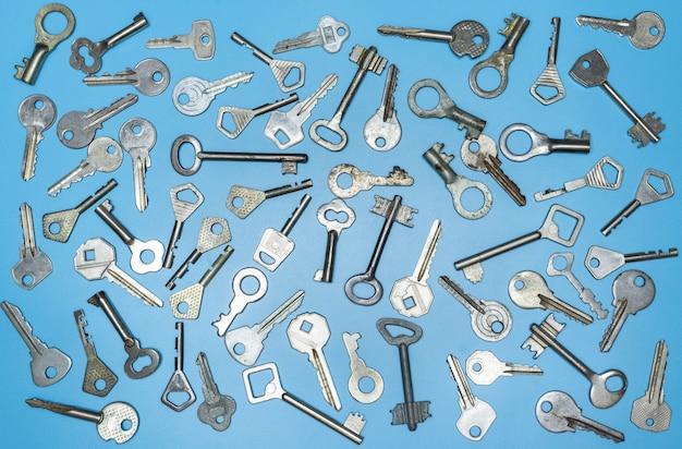 Tasti impostati su sfondo blu, serratura a chiave e casseforti per la sicurezza della proprietà