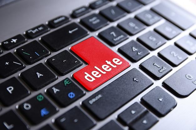 Tastiera del computer con il pulsante elimina