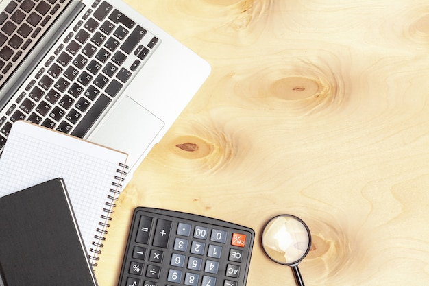 Tastiera del computer portatile con la lente d'ingrandimento, concetto della ricerca