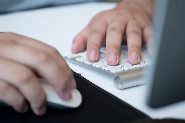 Tastiera di battitura a mano del primo piano, lavorando con il computer portatile, uomo d'affari, utilizzare il computer per lavorare