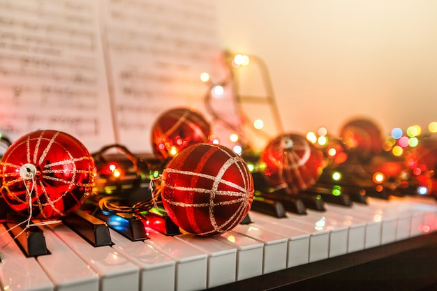 Tastiera di pianoforte con decorazioni natalizie