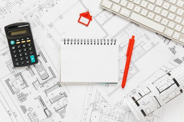 Tastiera; diario e calcolatrice su sfondo blueprint