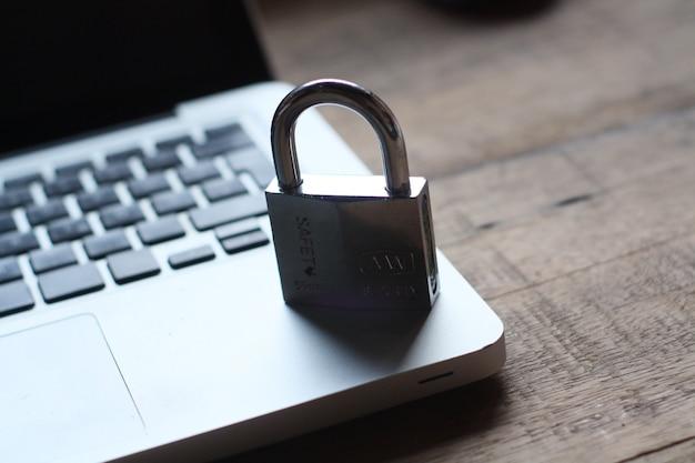 Tastiera e lucchetto sul tavolo, sicurezza internet