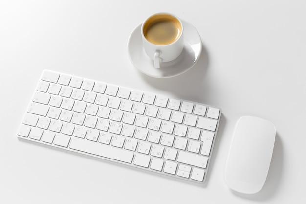 Tastiera e mouse del calcolatore in cima al desktop bianco