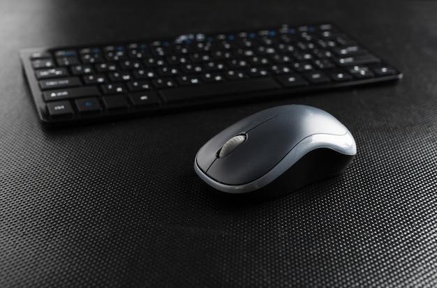 Tastiera e mouse sul tavolo.