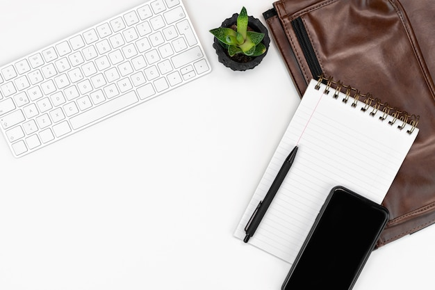 Tastiera, occhiali, smartphone, notebook e custodia per laptop