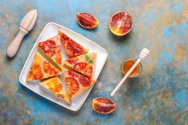 Tatin francese delizioso del dessert con l'arancia sanguinella.