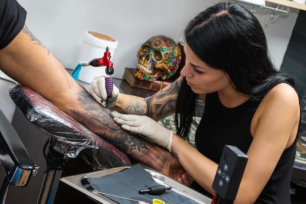 Tatuatrice durante il suo lavoro