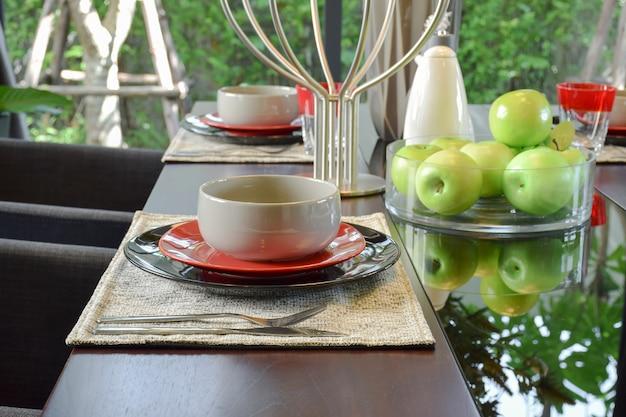 Tavola apparecchiata sul tavolo da pranzo in legno in stile moderno sala da pranzo interna