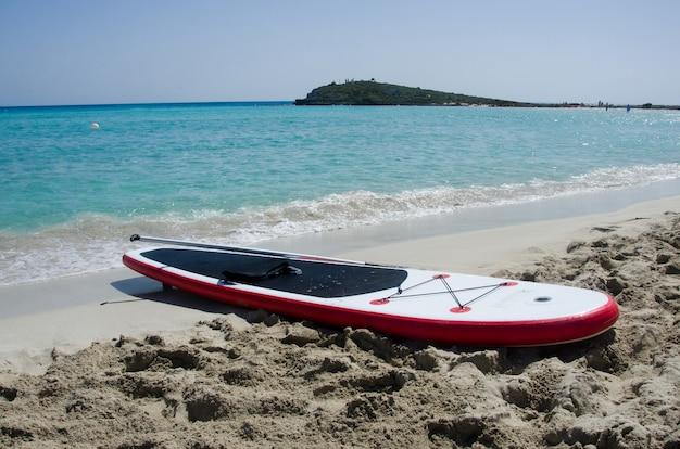 Tavola da surf sulla sabbia sul mare