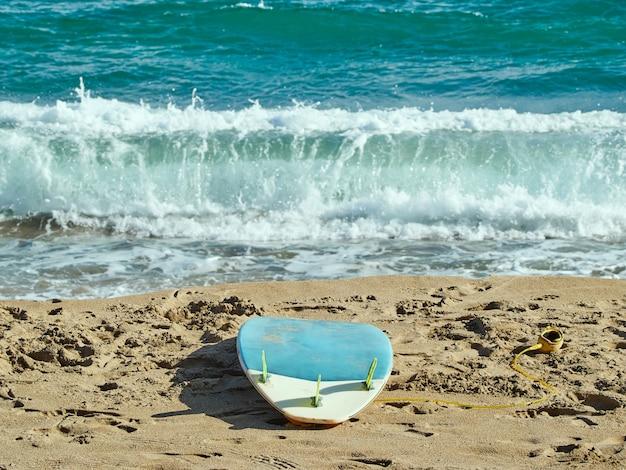 Tavola da surf sulla spiaggia durante il giorno.