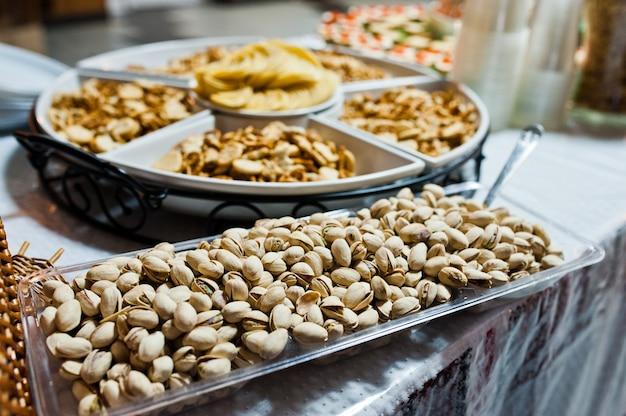 Tavola del dessert degli spuntini deliziosi sul ricevimento nuziale.