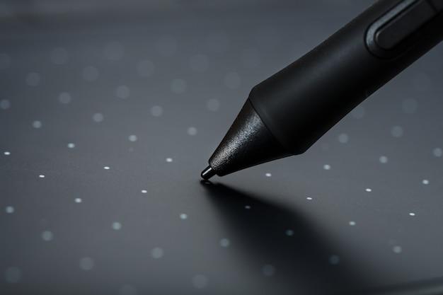 Tavola del grafico con un progettista funzionante della penna, primo piano. gadget per la creatività e il lavoro di un fotografo, illustratore e artista d'arte.