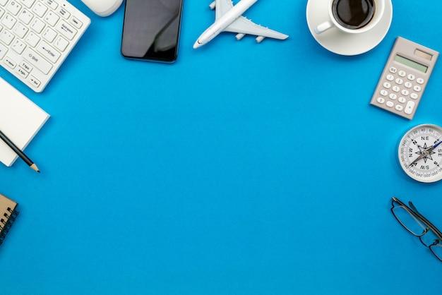 Tavola della scrivania del posto di lavoro e degli oggetti business di affari sul blu