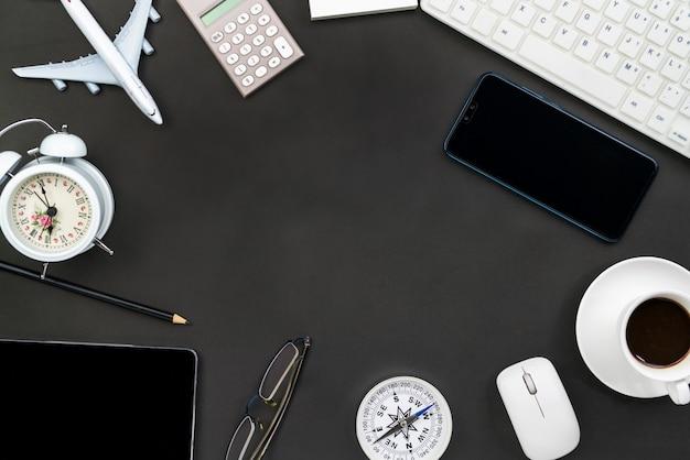 Tavola della scrivania del posto di lavoro e degli oggetti business di affari sul nero