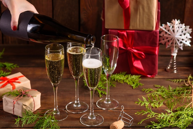Tavola delle vacanze di natale con bicchieri e una bottiglia di vino