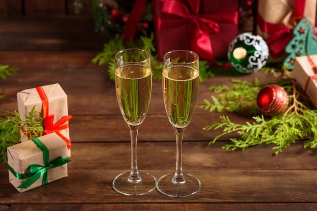 Tavola delle vacanze di natale con bicchieri e una bottiglia
