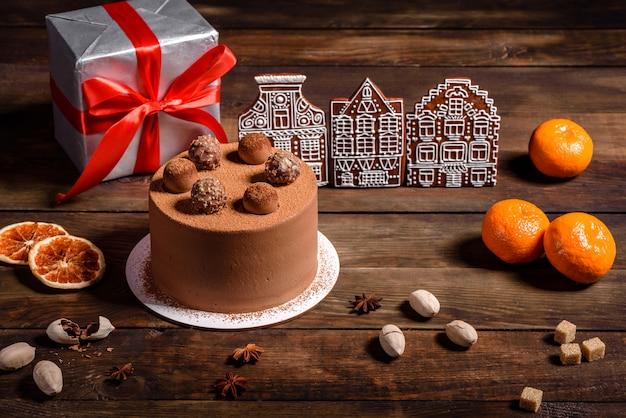 Tavola delle vacanze di natale con una deliziosa torta al tartufo e bellissimi pan di zenzero. atmosfera festiva alla vigilia di natale