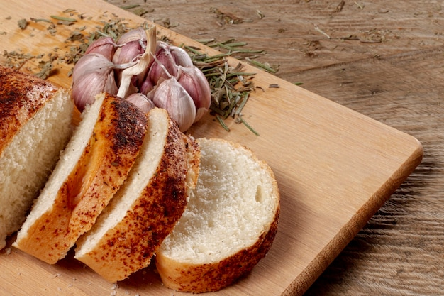 Tavola di legno con fette di pane