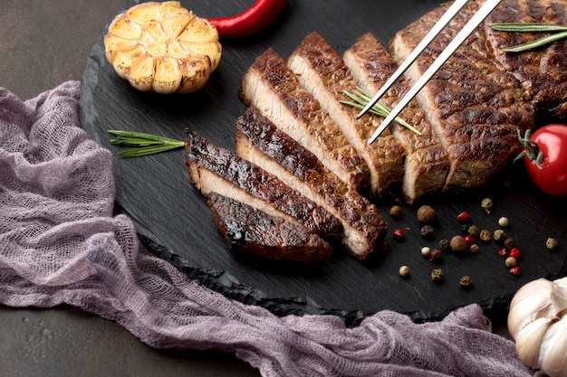 Tavola di legno con gustosa carne cotta