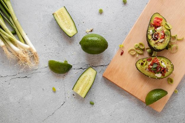 Tavola di legno con insalata di avocado
