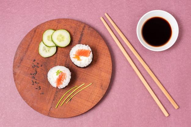 Tavola di legno con sushi
