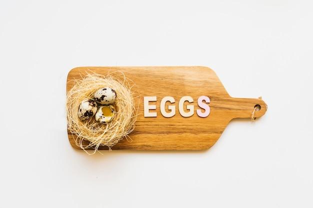 Tavola di legno con uova di quaglia