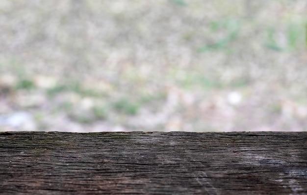 Tavola di legno d'annata con sfocatura dello sfondo, bordo di legno nero vuoto con lo spazio della copia