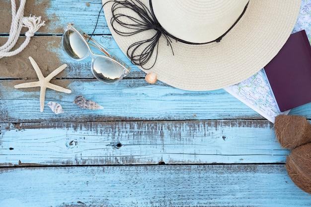 Tavola di legno degli accessori di vacanza di disposizione piana