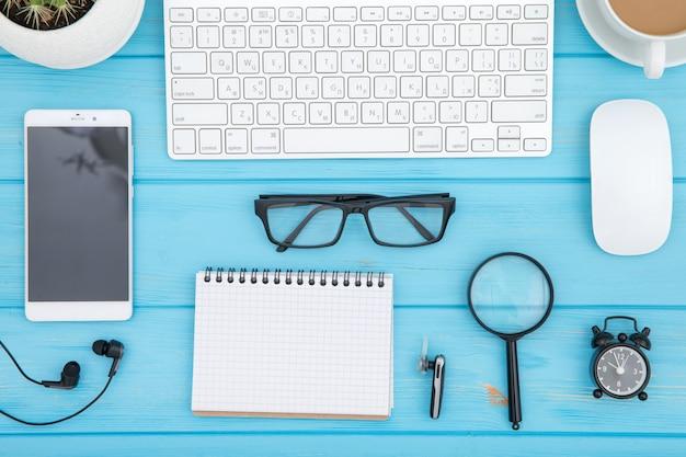 Tavola di legno della scrivania del posto di lavoro e degli oggetti business di affari, pianificazione aziendale di concetto e fondo di direzione