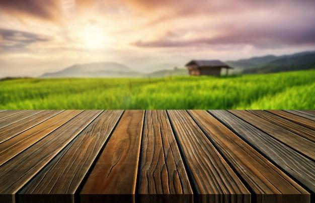 Tavola di legno di brown nel paesaggio di verde dell'azienda agricola di estate.