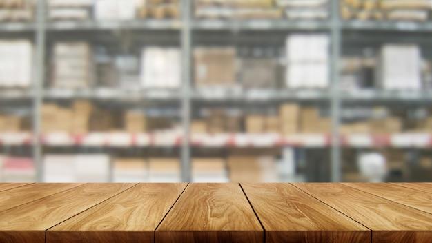Tavola di legno nel fondo della sfuocatura di stoccaggio del magazzino.