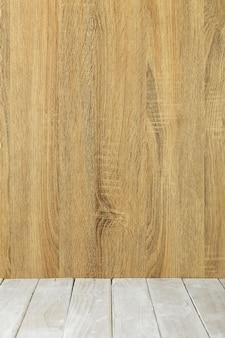 Tavola di legno superiore vuota e fondo di legno della parete