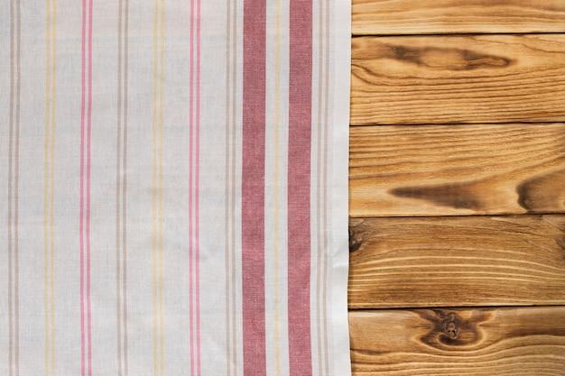 Tavola di legno vuota con tovaglia