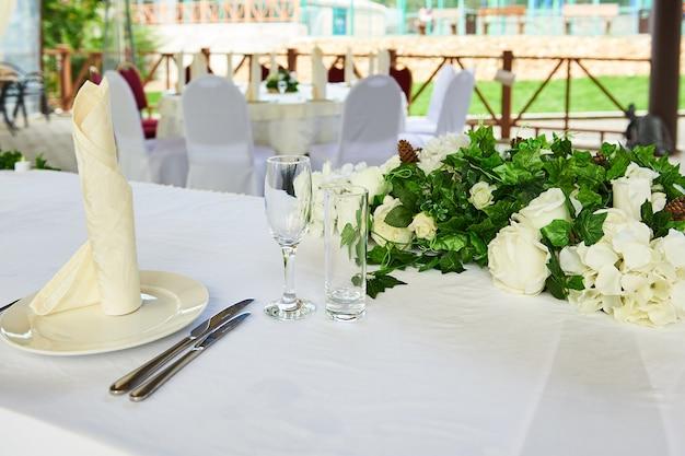 Tavola di nozze decorata in un ristorante