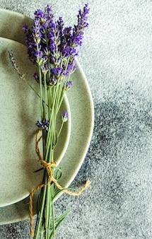 Tavola estiva con fiori di lavanda